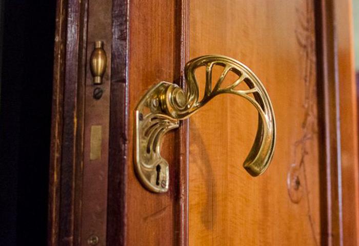 Cada porta tem uma maçaneta diferente