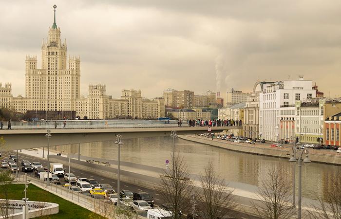 O trânsito em Moscou e uma das 7 irmãs ao fundo