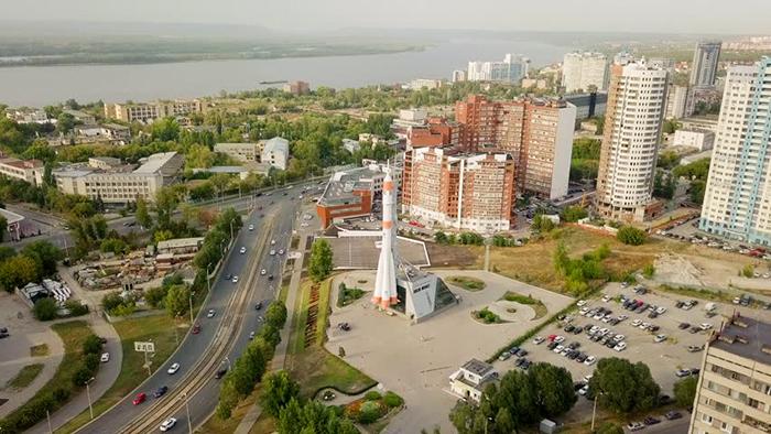 "Museu e Centro de Exposições ""Samara in Space"" e o foguete ""Soyuz""."