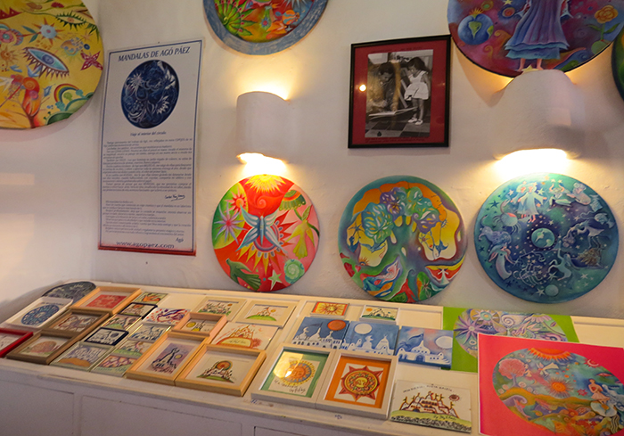 O colorido das obras é uma característica do artista