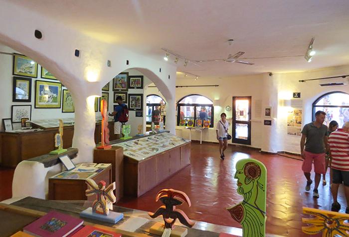 O espaço serve a exposições e oficinas