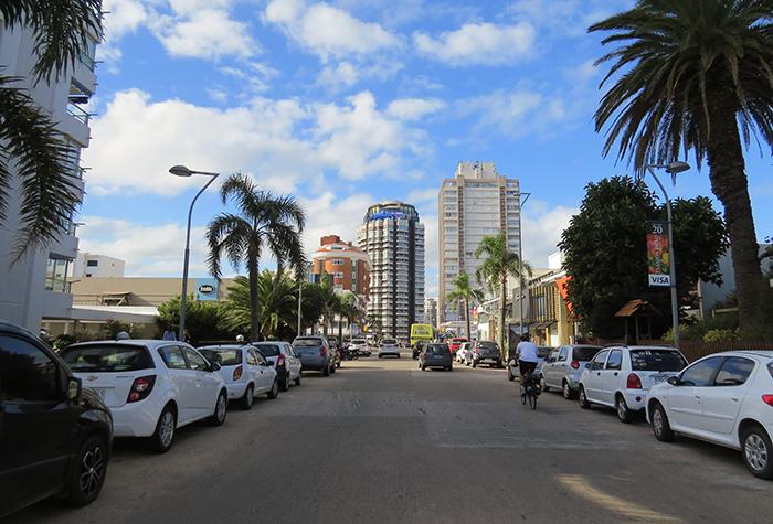 Ruas limpas e arborizadas fazem de Punta del Este uma linda cidade