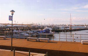 Barcos, lanchas e iates ancorados