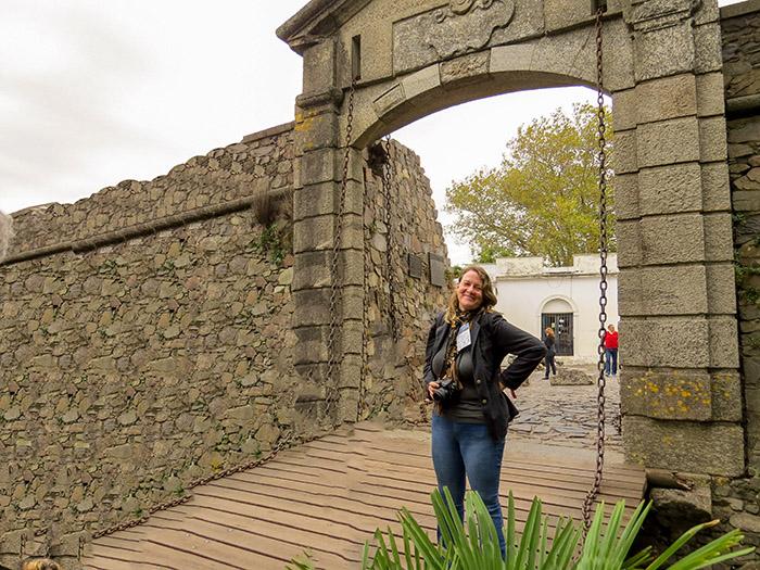 Claudia Endlein posando para a foto, no portão da cidadela