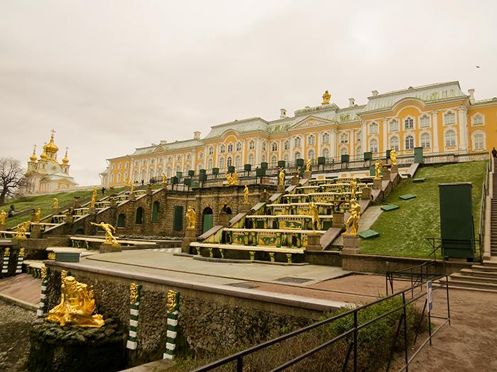 A grande cascata é a fonte mais famosa da Rússia