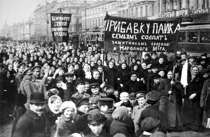 Mulheres organizadas, pelas ruas de Petrogrado 1917