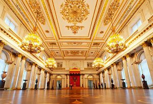 Sala Grande do Trono, com São Jorge, protetor da Rússia, acima.