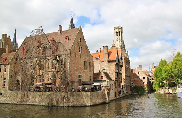 Pelos canais da Bruges romântica