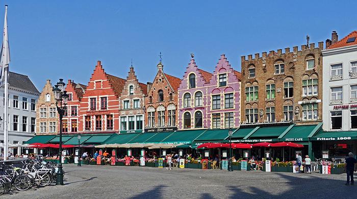 A fotogênica praça e o seu mercado