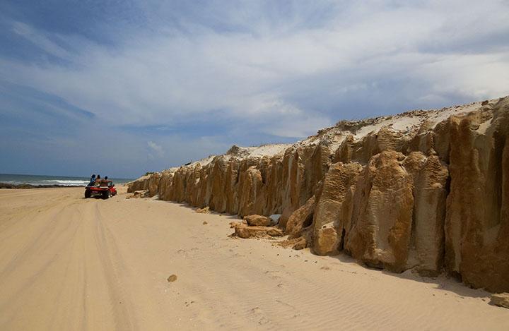Canoa Quebrada, no Ceará, e as falésias