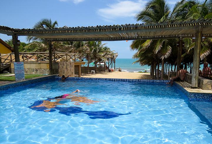 Piscina da barraca Chega Mais Beach, em Canoa Quebrada, Ceará