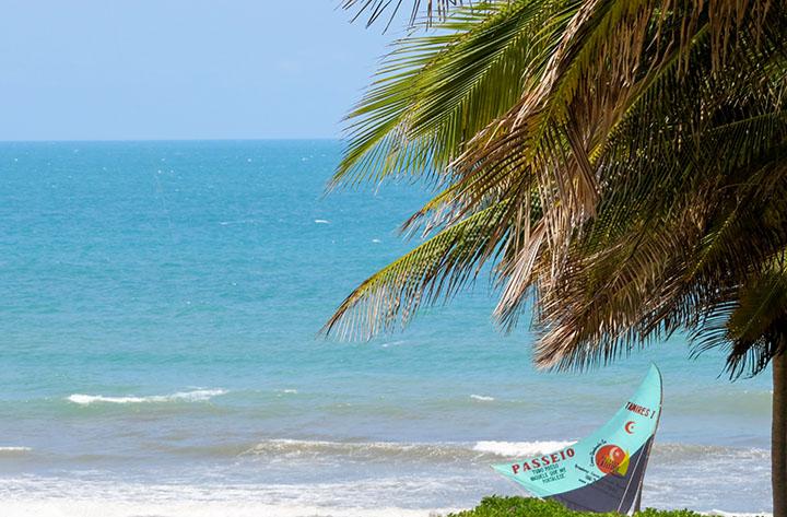 O mar na frente da barraca Chega Mais Beach