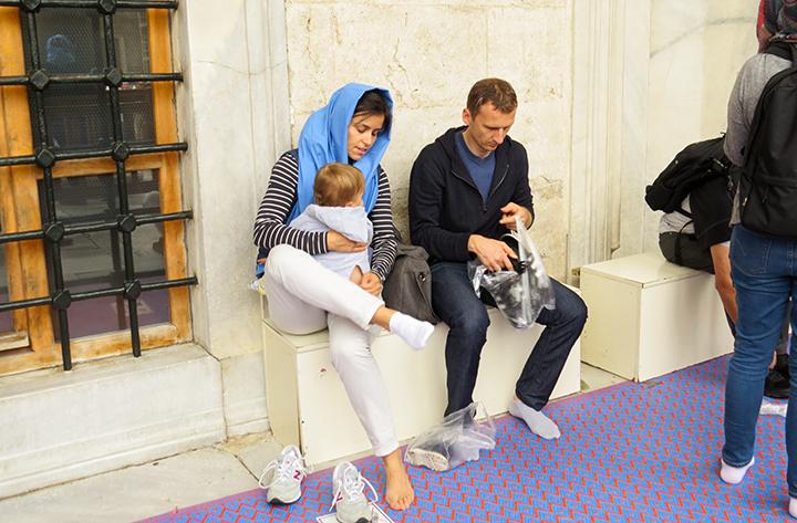 Istambul-Mesquita-Azul-casal-tira-sapatos