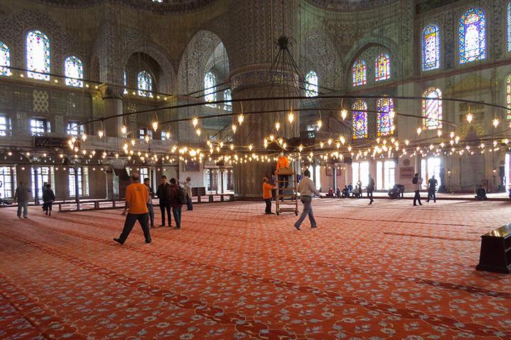 Lustres e vitrais iluminam o interior da Mesquita Azul