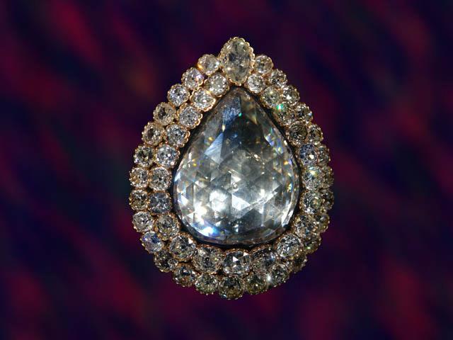 O diamante incrustado de pedras preciosas, no Palácio Topkapi, em Istambul