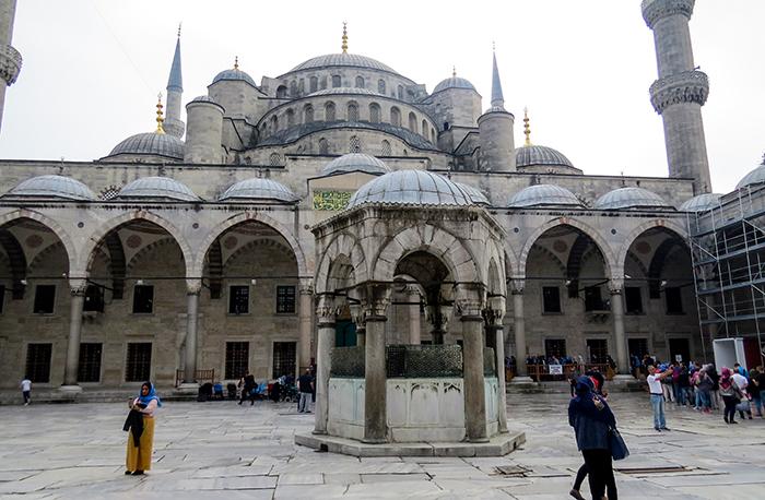 O pátio interno da Mesquita Azul, em Istambul