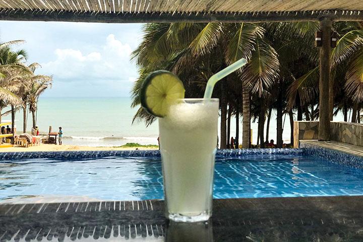 suco limão coco, na barraca de praia Chega Mais Beach, em Canoa Quebrada, Ceará