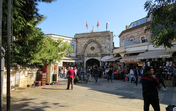 A entrada do Grand Bazaar, em Istambul, Turquia.