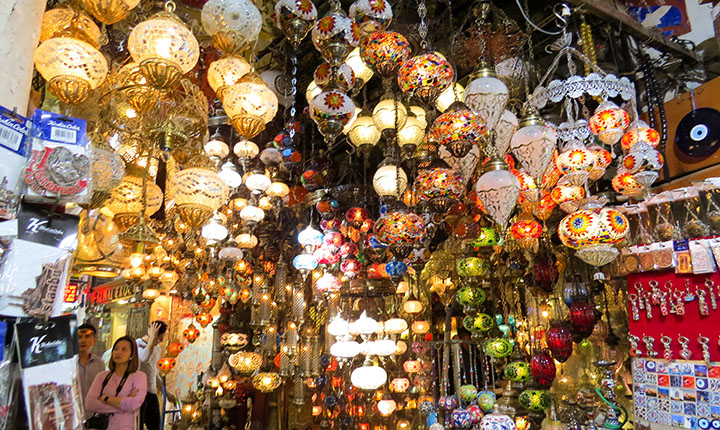 cores e luzes do Grand Bazar, em Istambul, Turquia