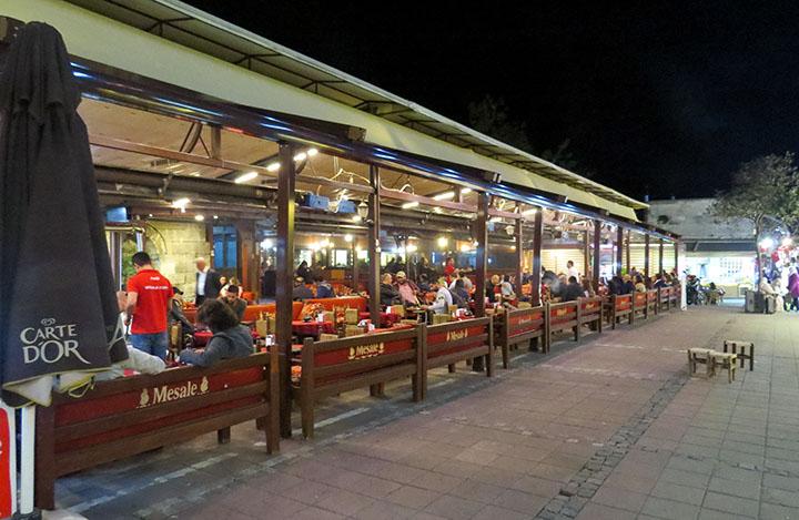 Derviches rodopiantes, no restaurante Mesale, em Istambul, Turquia
