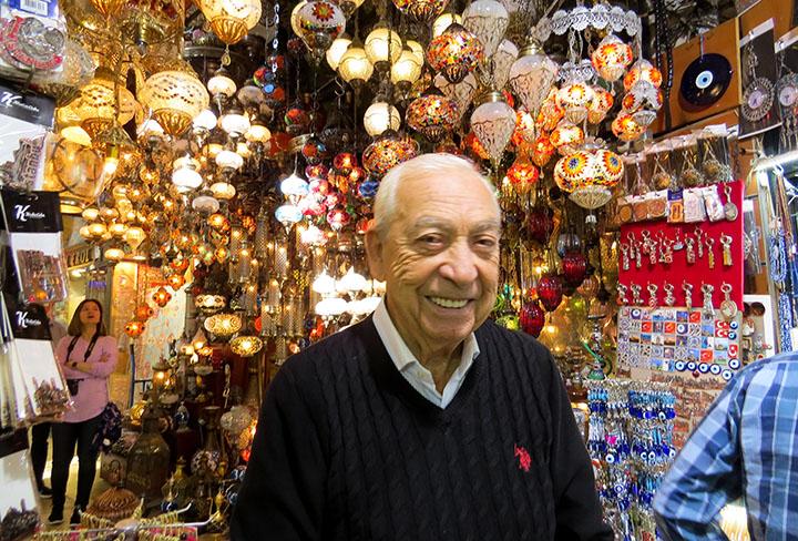 Este senhor, muito simpático, em ótimo português, vende tapetes no Grand Bazar