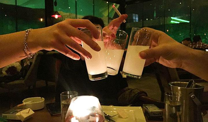 o rakı é a bebida nacional e é tradicionalmente consumido com água gelada