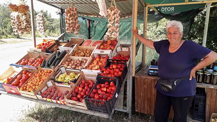 À margem das rodovias, vendedores ofereciam seus produtos