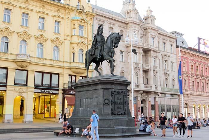 Praça Ban Jelačić, em Zagreb, Croácia
