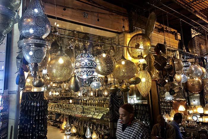 Luminárias marroquinas vendidas no souk