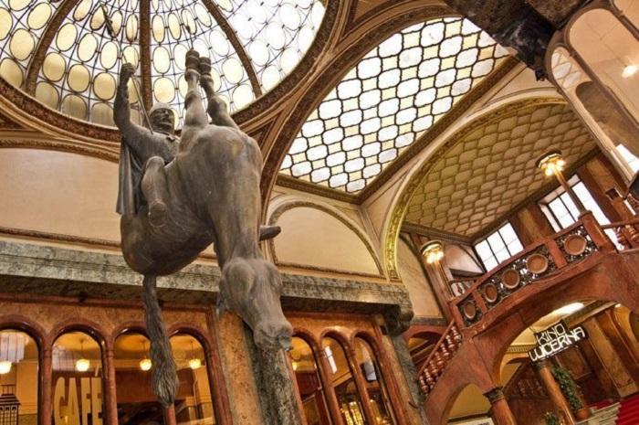 Cavalo, escultura de David Cerny, em Praga.