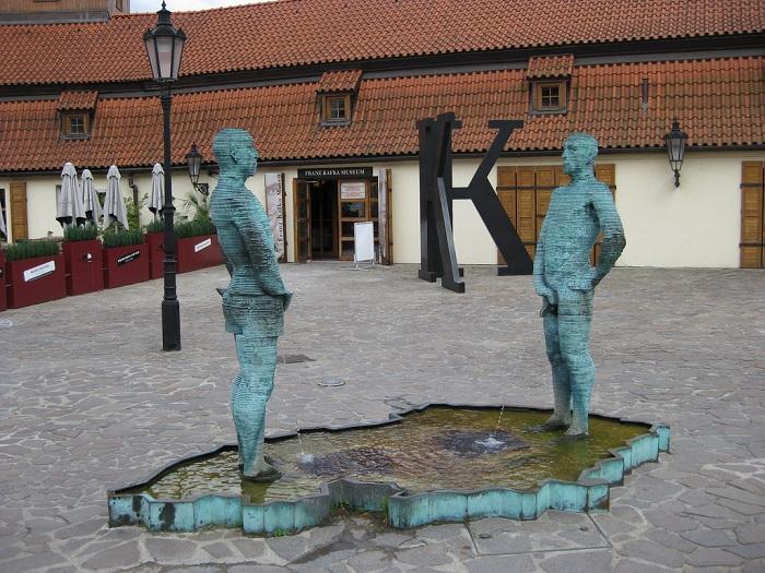Piss, escultura de David Cerny, em Praga