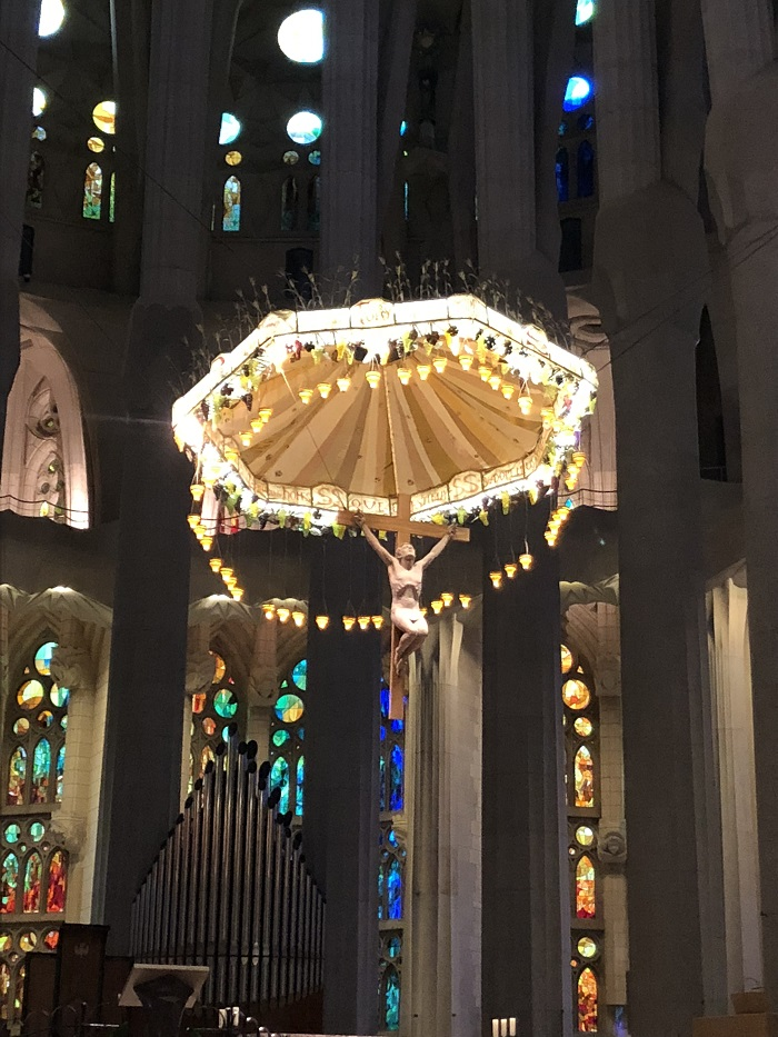 Crucifixo pendurado no altar da Sagrada Família, em Barcelona.