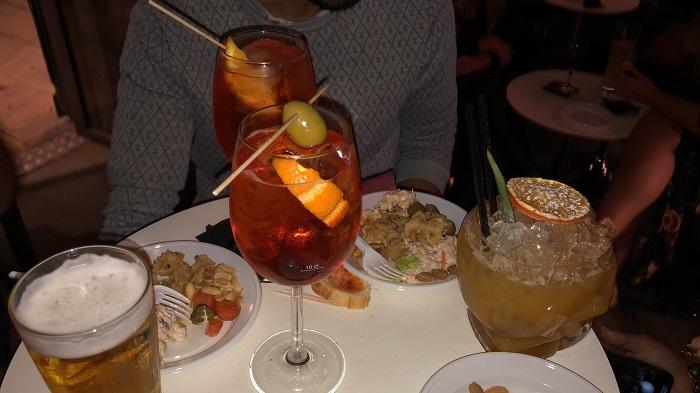 Drinks servidos nos barzinhos do Bairro Gótico