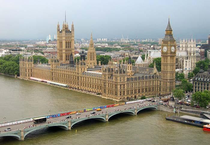 Parlamento e a torre com o relógio e o sino famoso, o Big Ben.
