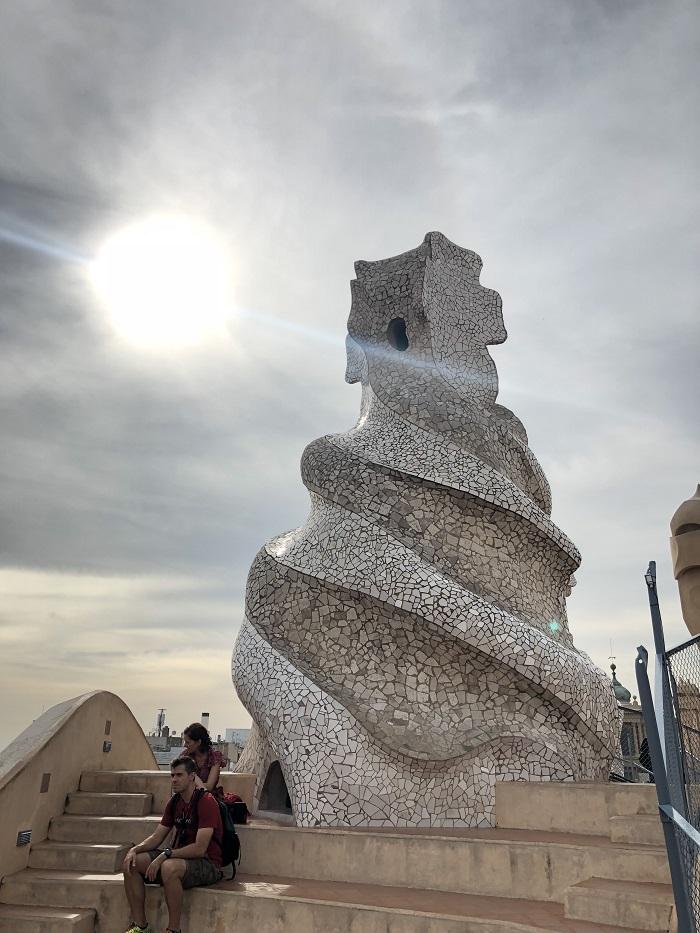 Tubo de ventilação em forma irregular, no roof top de La Pedrera.