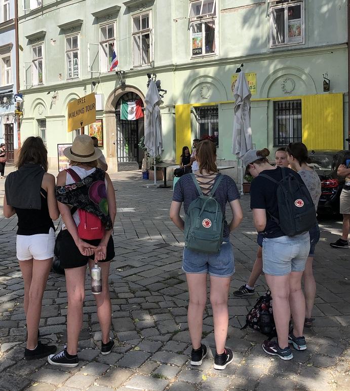 Turistas aguardando o free walking tour