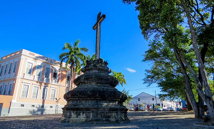 Cruzeiro em frente à Igreja de São Francisco, em João Pessoa, Paraíba