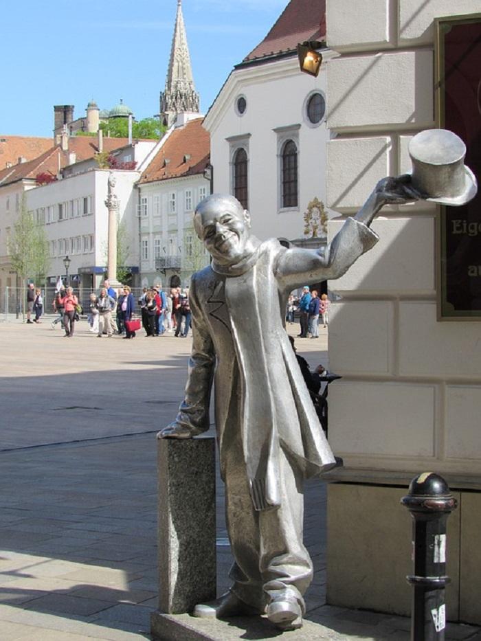 Schöne Naci - estátua de Ignar Lamar, nas ruas de Bratislava