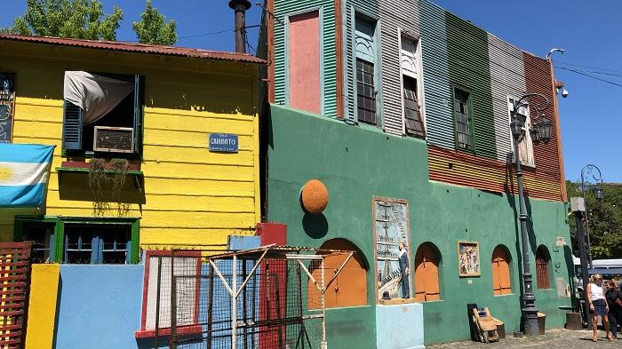 O colorido das casas de Caminito, que deixa o local ainda mais atraente
