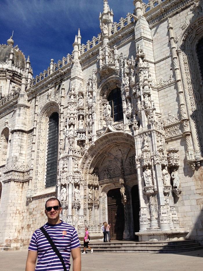 O turista se encanta já na entrada do Mosteiro dos Jerônimos, em Lisboa