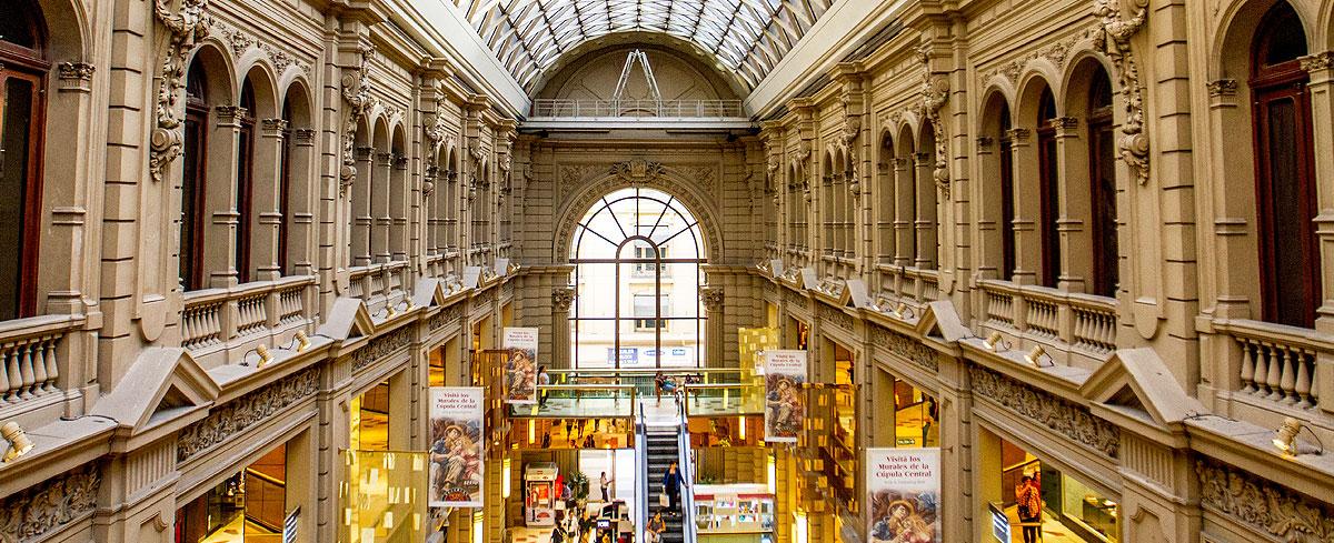 Interior luxuoso das Galerías Pacífico, em Buenos Aires