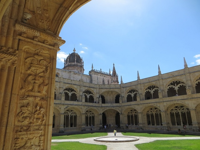 Passear pelo claustro do Mosteiro dos Jerônimos faz parte da visita