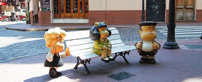 O banquinho da Mafalda, onde turistas fazem fila para fotografar sentados ao seu lado, em San telmo