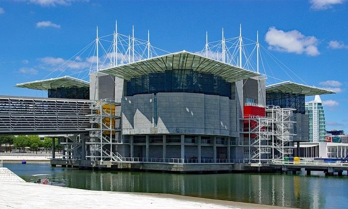 O moderno edifício do Oceanário de Lisboa já vale a visita