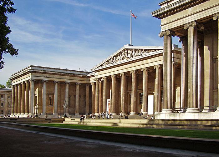 Fachada do British Museum, um dos muitos museus com acessibilidade em Londres