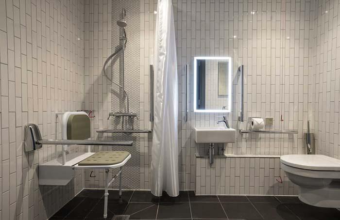 O banheiro do hotel Point A, em Londres, Reino Unido