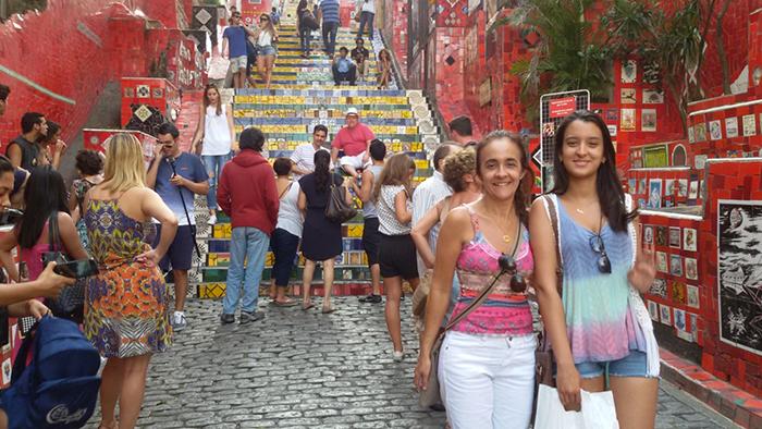 Turistas sobem e descem a escadaria Selarón
