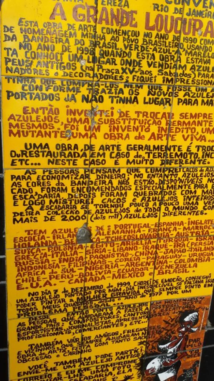 Mural onde Jorge Selarón conta toda a história da escadaria famosa
