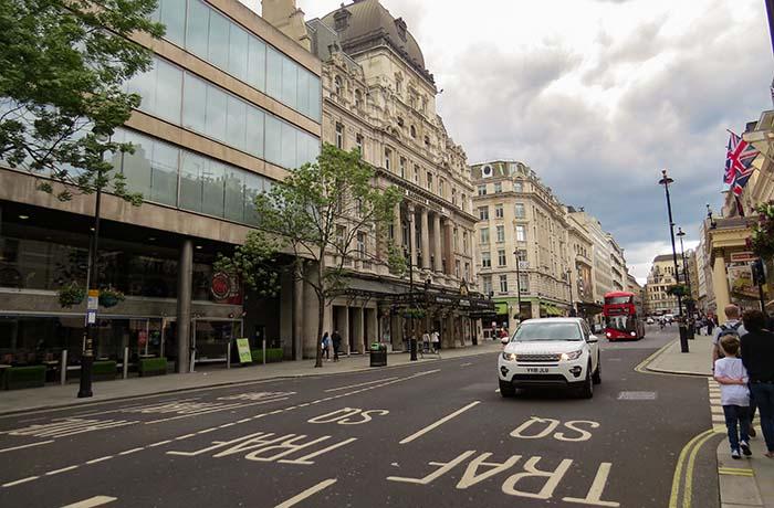 Os carros cortam as ruas de Londres, no Reino Unido