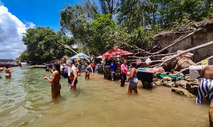 Banho de argila, na Praia de Carneiros, em Tamandaré, Pernambuco